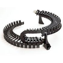 Kunststoffenergieführungskette / aufklappbaren Kettengliedern / modulierbar / für Kreis und Spiralbewegungen