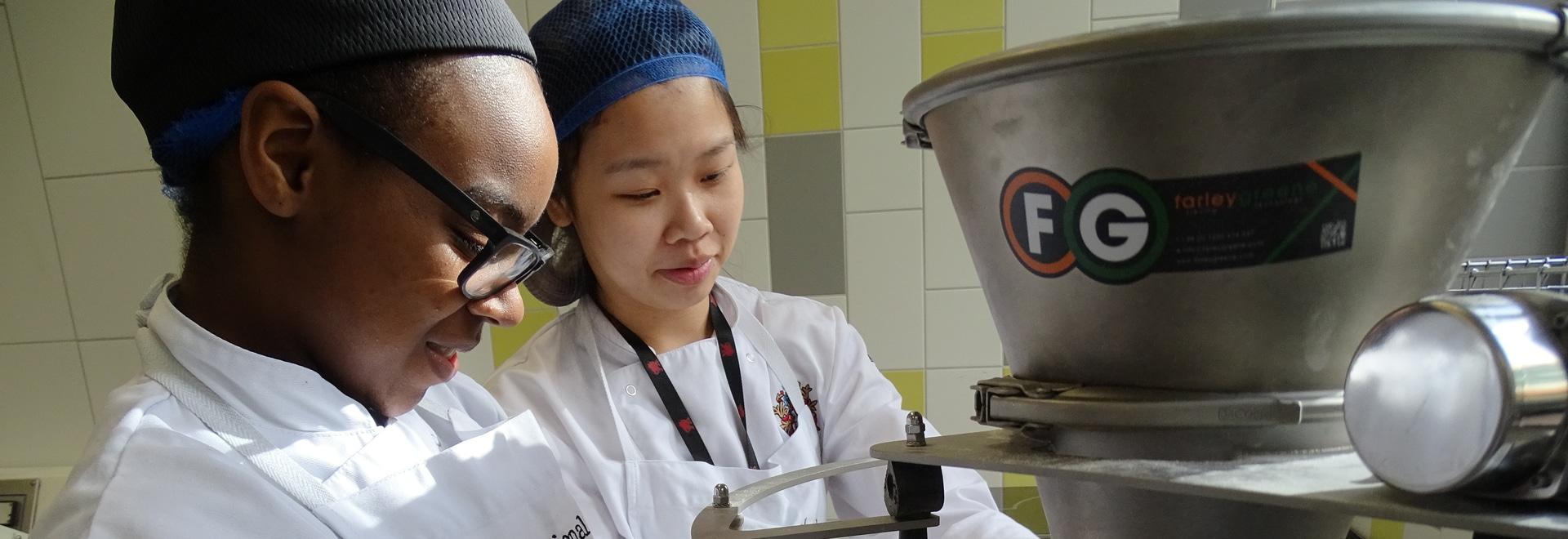 Farleygreene sind stolz, sein Wissen mit jungen Bäckerlehrlingen zu teilen.