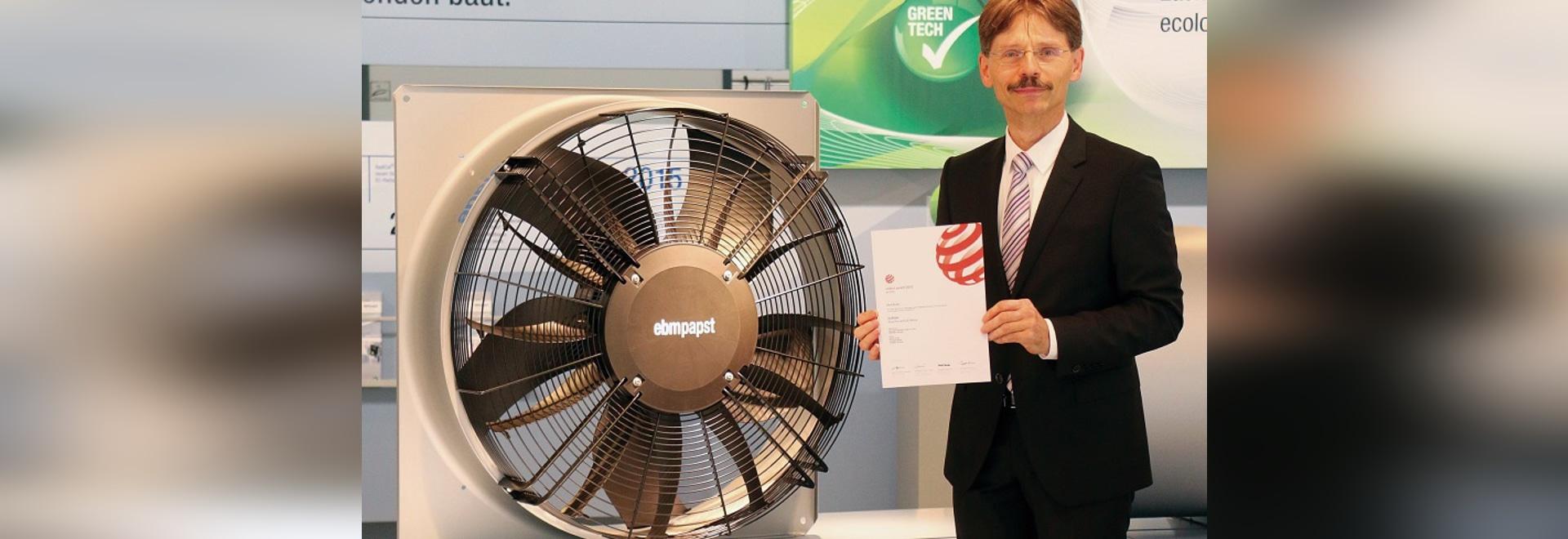 Thomas Sauer, Abteilungsleiter Entwicklung Bereich B und Elektronik bei ebm-papst nahm die Design-Auszeichnung stellvertretend entgegen.