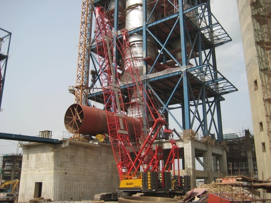 Raupenkräne SANY SCC500 50t, die Nigerias Dangote-Zementfabrik errichten