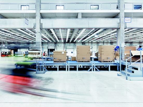 Eine Verpackungslinie im Versandzentrum in Hollenbach – dort werden die Pakete auf ihre Vollständigkeit überprüft. Foto: Volker Schrank.