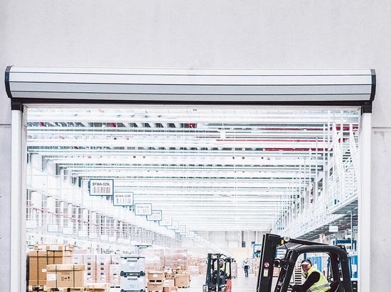 Knapp 200 Logistikmitarbeiter sind im Versandzentrum beschäftigt und sorgen dafür, dass die Produkte pünktlich bei den Kunden ankommen. Foto: Philipp Reinhard.