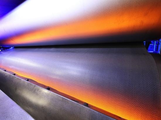 Infrarot-Systeme von Heraeus Noblelight sparen Energie-und Zeit-bei der Fertigung von Selbst-Innenverkleidungen.