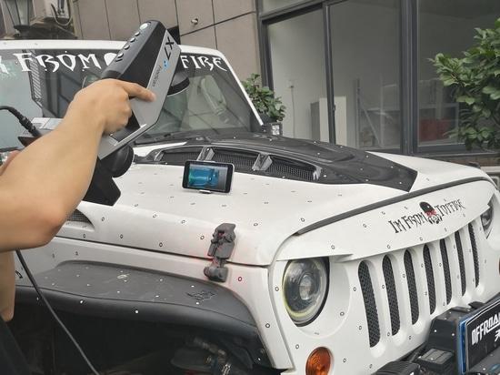 3D, das ein Jeep Wrangler-Freien unter Verwendung drahtlosen FreeScan X7+ scannt