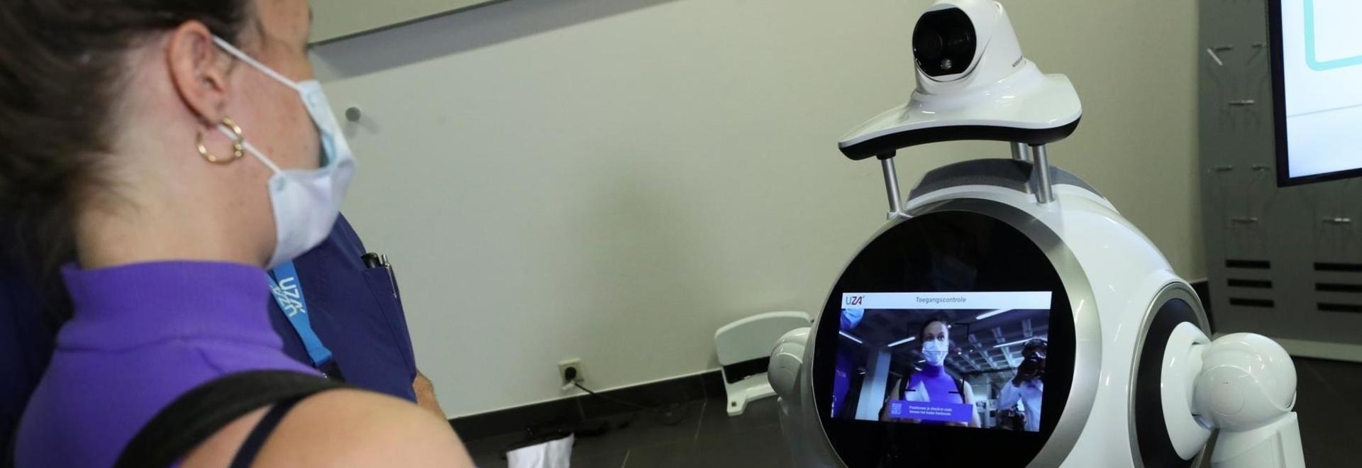 Ein Cruzr-Roboter überprüft einen Patienten in einem belgischen Krankenhaus.