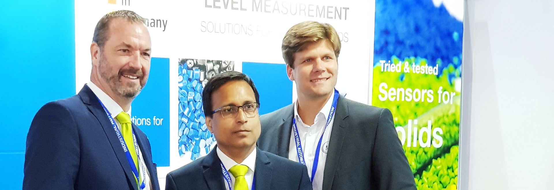 Sumit Majumder von UWT Indien wird unterstützt von Uwe Niekrawietz und Markus Schalk von UWT International