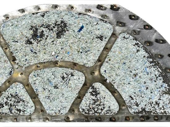 Detail: Mit rPET-verschmutzter Metallfilter vor der Reinigung