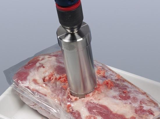 Probenahme von gefrorenem Fleisch mit dem Bürkle Eisbohrer