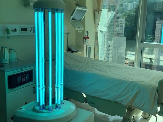Ein Desinfektionsroboter mit UV in einem Patientenzimmer