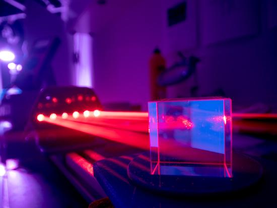 Vor 60 Jahren, 1960, wurde der Laser erfunden. Anlässlich des 60-jährigen Jubiläums erzählen Journalisten und Branchenexperten, welchen Einfluss die Lasertechnik in Deutschland hatte und bewerten i...