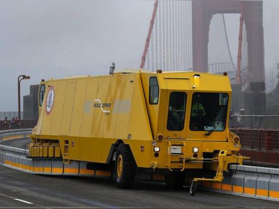 Der Straßen-Reißverschluss setzt leicht mittlere Sperren um, um Verkehrsstrom und Sicherheit zu verbessern. Foto durch Brant Ward, Höflichkeit des San Francisco Chronicle. Klicken Sie an Bild für g...